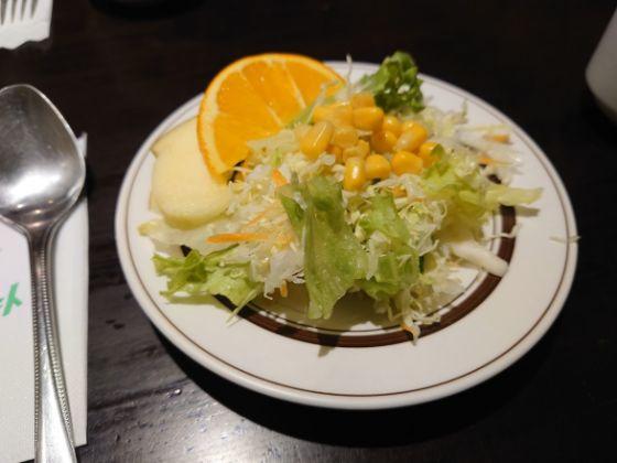 マッシュポテトのランチセットのサラダはオレンジとリングつき